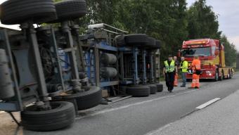 Lastbilssläp välte på E6