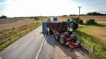 Traktor med två vagnar välte på väg17