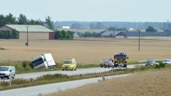 Lastbil körde av vägen på E6