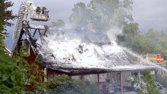 Kraftig brand i halmtak
