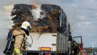 Lastbil med halmbalar brinner