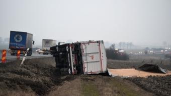 Lastbil välte av E6:an