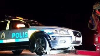 Polisbil tappade kontrollen i rondell