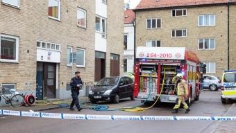 Två poliser till sjukhus efter lägenhetsbrand