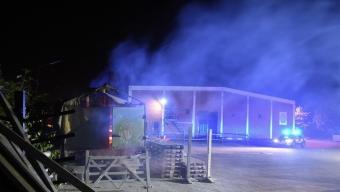 Brand i lastbilssläp vid ridhuset