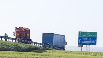 E6: Lastbil har tappat släpet