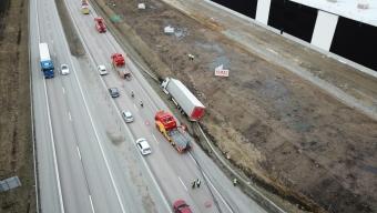 E6: Lastbil körde av vägen efter punktering
