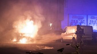 Brand i skåpbil på parkeringen bredvid Perfekt