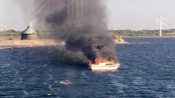 Båt brinner i inloppet till Landskrona