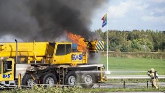 Brand i kranbil på motorvägen