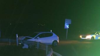 E6: Bil in i räcke på avfart Rydebäck