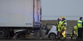 E6: Bil körde in lastbil i höjd med Häljarp
