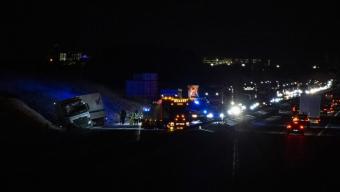 E6: Lastbil körde av i halkan