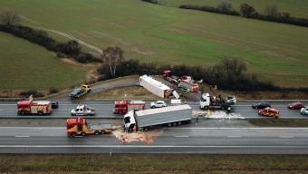 E6: Två lastbilar och en personbil i krock