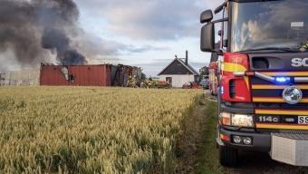 Kraftig ladugårdsbrand utanför Billeberga