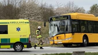 Buss körde in i lyktstolpe