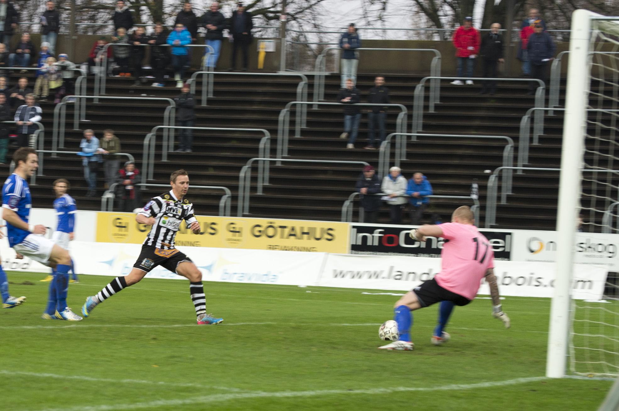 Fredrik Olsson försöker brösta in bollen