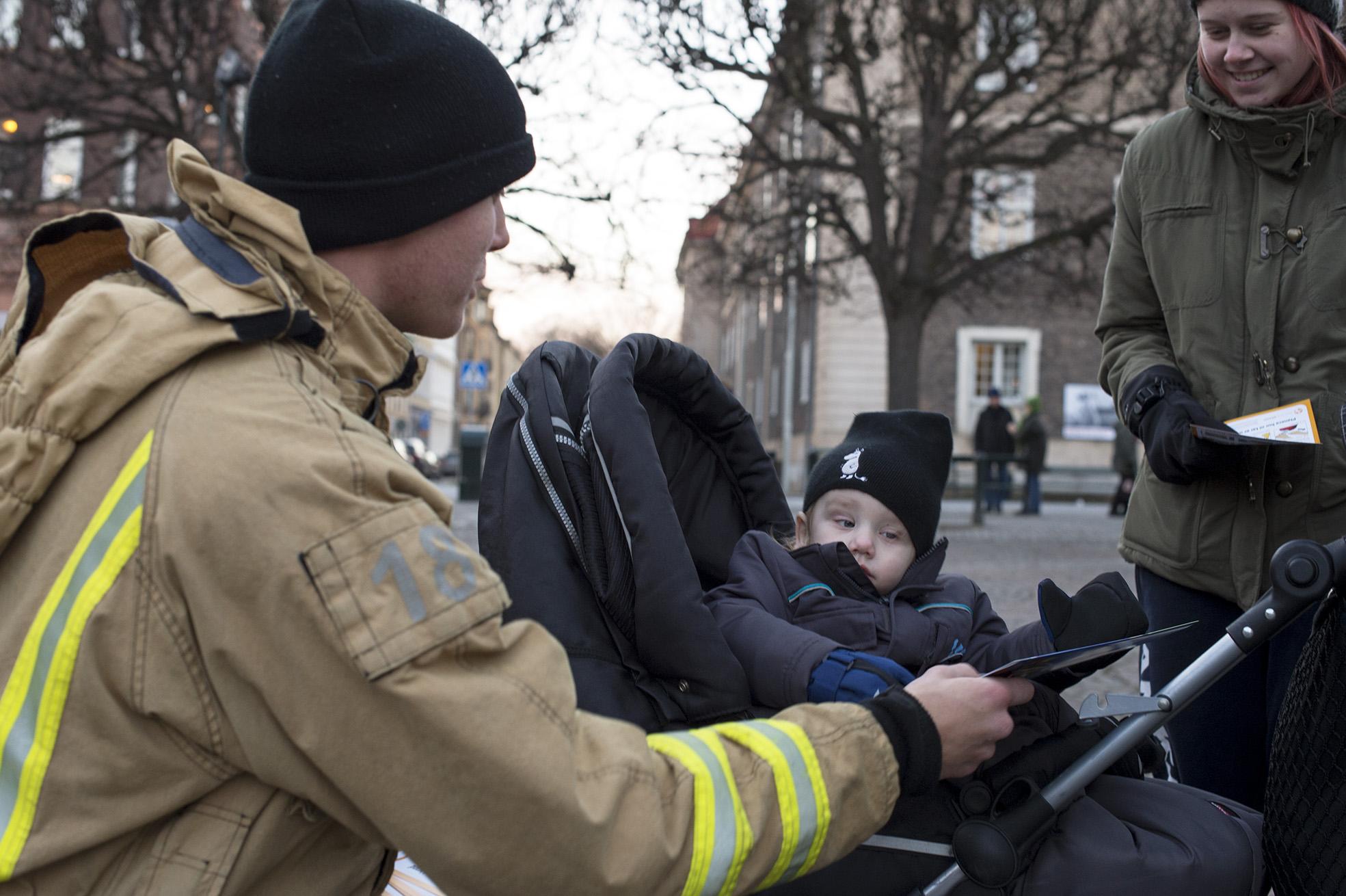 Brandman Tobias delar ut adventskalender