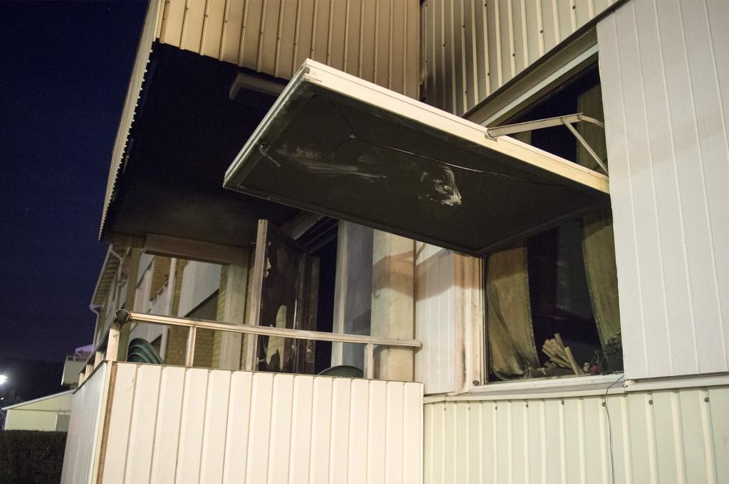 Lagenheten brann tvingades hoppa fran balkongen