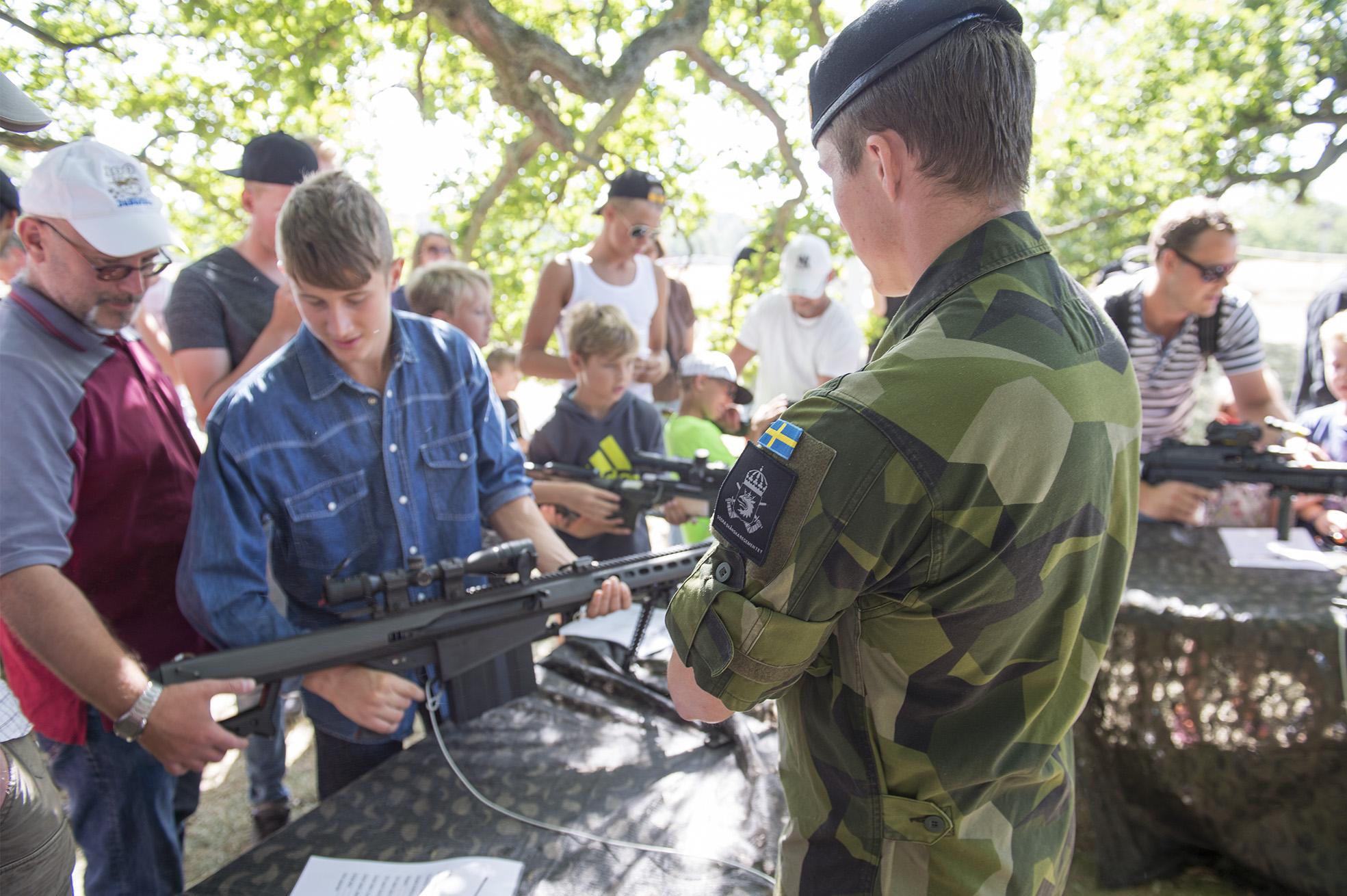 Soldat ur Spaningsplutonen visar upp Automatgevär 90