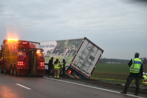 Lastbil med mjölk åkte ner i dike Löddeköpinge