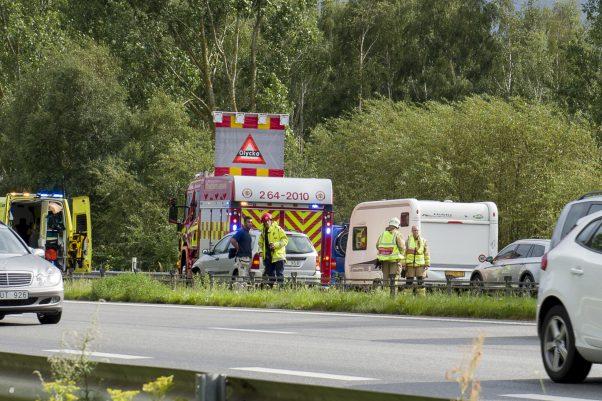 En person fick föras till sjukhus efter att två personbilar kolliderade på E6 vid Lundåkra, söder om Landskrona, i södergående riktning. Olyckan inträffade vid 16.20-tiden på onsdagen. Olyckan orsakade långa köer