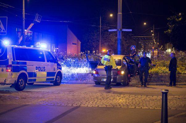 Vid 21:20 inträffade en singelolycka i rondellen Eriksgatan - Artillerigatan. Föraren kom i hög hastighet längst Eriksgatan och hann inte bromsa utan kraschade rakt in i rondellen. Det är oklart om någon kom till skada i olyckan.
