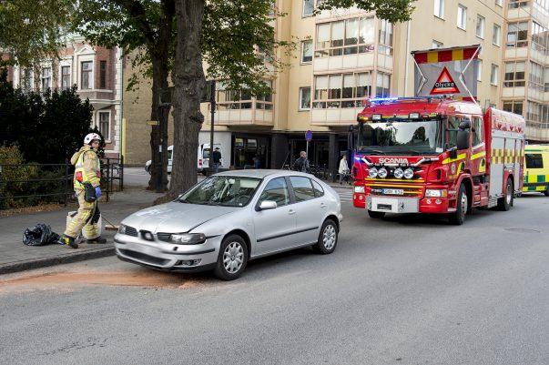 Tre personbilar är vid 15:30-tiden inblandade i en trafikolycka på Eriksgatan, i korsningen med Säbygatan. Tre vuxna och tre barn uppges vara inblandade.Minst en person har först till sjukhus med nacksmärtor.