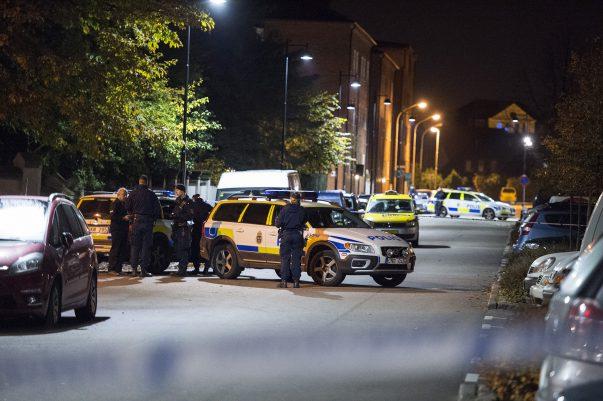 Vid midnatt inkommer larm om att någon form av explosion inträffat i centrala Landskrona. Polis och räddningstjänst åker till platsen, och kan konstatera att något exploderat. Platsen är avspärrad, och tekniker är på väg.