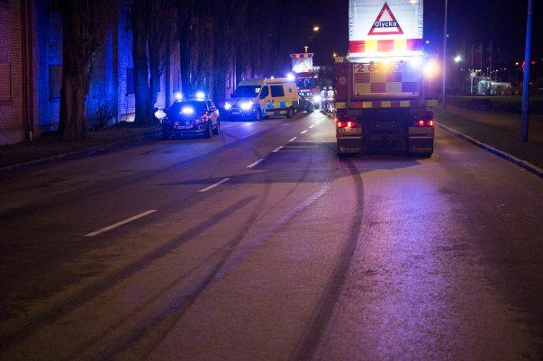 Vid 03-tiden inträffade en singeolycka på Ringvägen i Landskrona. En BMW hade i hög hastighet fått sladd och krashat in i ett träd. Föraren, som var ensam i bilen, skadades inte i olyckan.
