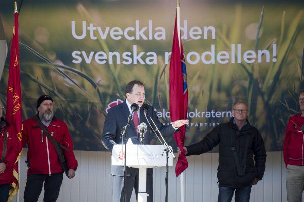 Sveriges statsminister Stefan Löfven talar i slottsparken i Landskrona på första maj.