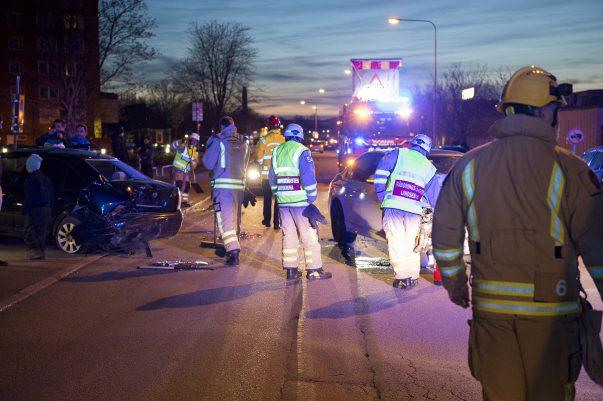 En bil kolliderar med en parkerad bil på Enoch Thulins väg i Landskrona. Föraren tog sig själv ur bilen och kontrollerades av ambulans på plats. Han behövde aldrig föras till sjukhus.