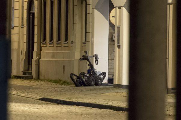 Misstänkt farligt föremål sprängdes / sköts sönder av bombgruppen. Föremålet hittades vid eller under en personbil som stod parkerad i ett underjordiskt garage som tillhör stadshuset i Landskrona. Stora avspärrningar sattes upp och Hotel Öresund som ligger mittemot fick utrymma de rum som låg ut mot gatan. Larmet kom vid 21:30. Vid 01-tiden var man klara på platsen.