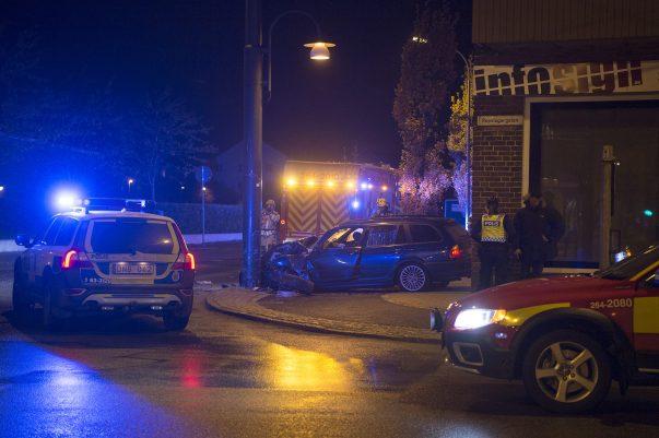Vid 23:30 inträffade en våldsam singeolycka i Landskrona. En polispatrull kör av en slump förbi mindre än en minut efter olyckan inträffat. Föraren smiter från platsen och kvar utanför bilen finns en skadad passagerare. Polisen söker med hund. Man får upp ett bra spår och söket går flera kvarter bort, men föraren anträffas inte. Bilen bärgas från platsen.