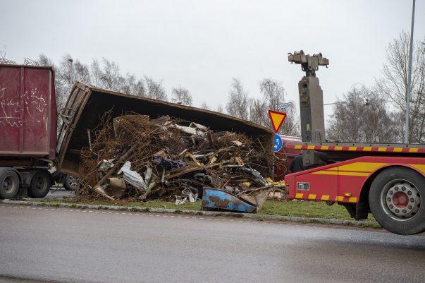 Lastbil Med Skrot Har Vält Vid Brandstationen