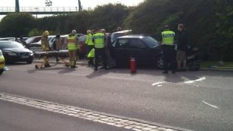 Två personbilar kollidera på Österleden