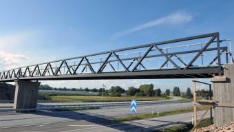 Motorvägen tömdes när cykelbro sattes på plats