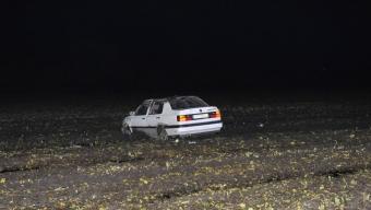 Bil med tre ungdomar voltade ut på åker