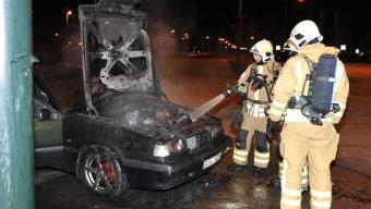 Bil börja brinna under färd