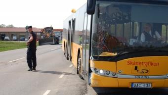 Buss kolliderade med hjullastare
