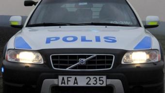 Tegelsten kastades mot polisbil