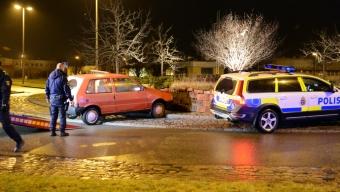 Personbil körde in i stenmur