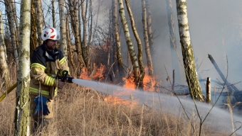 Stor gräsbrand bakom soptippen