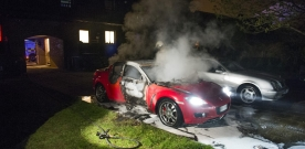Bilbrand på innergård
