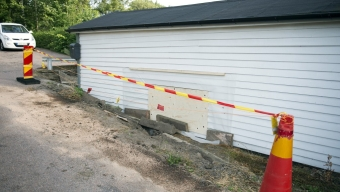 Misstänkt rattfull körde in i hus