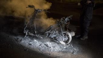 Moped och bil brann inatt