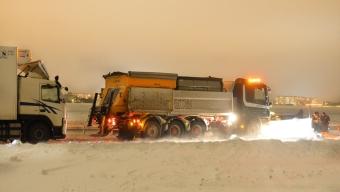 Plogbil påkörd av lastbilar