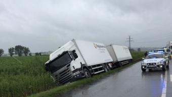 Lastbil i diket på v17 vid Råga Hörstad