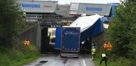Lastbil körde in i viadukt