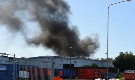 Kraftig rök efter brand i industriområdet